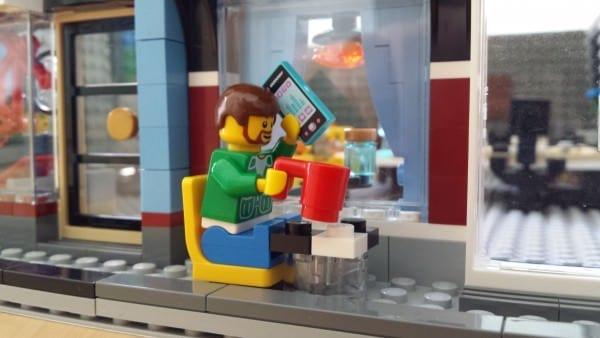 LEGO-Figur mit Smartphone und Kaffeebecher